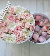 Коробка с клубникой и цветами «Мечта»